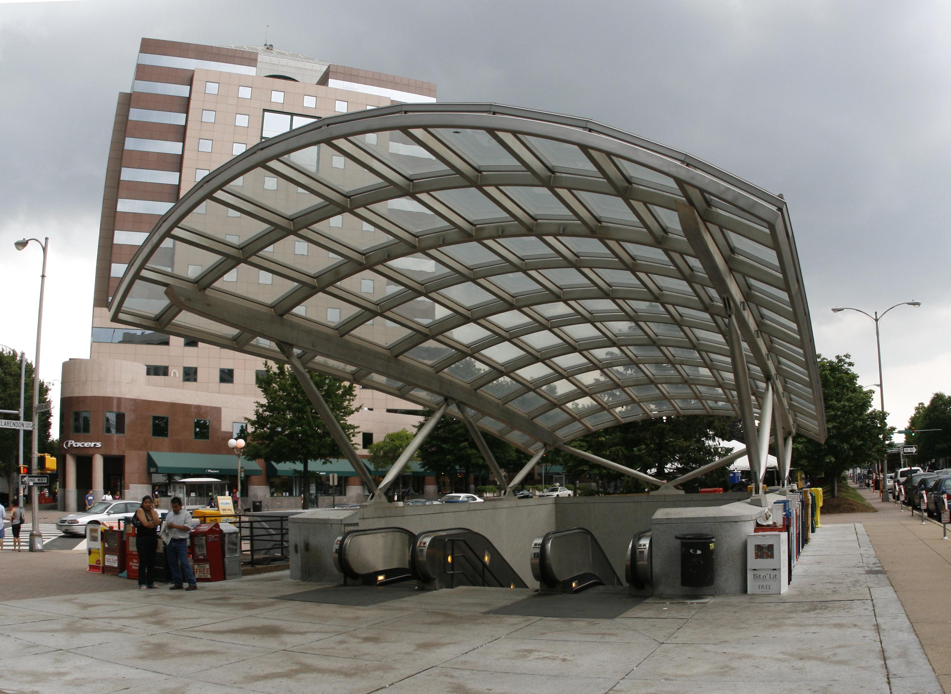 Clarendon_Metro_station_entrance
